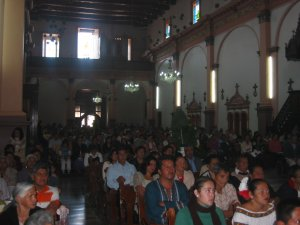 Los presentes atentos en seguir con fe el desarrollo de la Ceremonia.