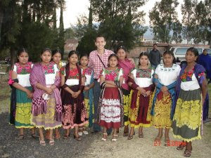 Gabriel, uno de nuestros fotoreporter, entre sus nuevas amigas indígenas.