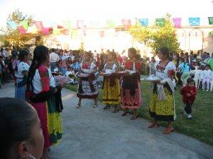 Las indígenas se lucieron con sus trajes de colores.<br />