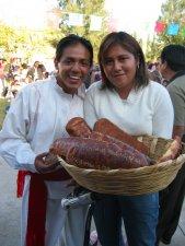 Oscar y su Hermana repartiendo el típico pan dulce de Tlaxcala.