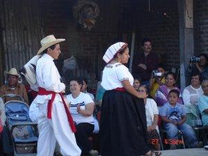 El Neoprofeso Oscar exibiendo, entre su gente, sus capacidades de bailarín.
