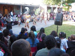 ... nos deleitó con unas danzas de los aztecas.