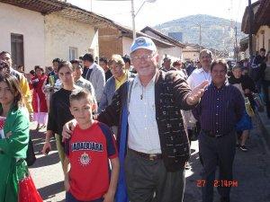 """El Padre Román encontró a un """"chiquillo"""" de México con buenos gustos deportivos."""