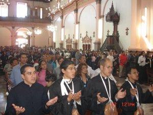 Rezando el Padre Nuestro con toda la asamblea de los fieles.