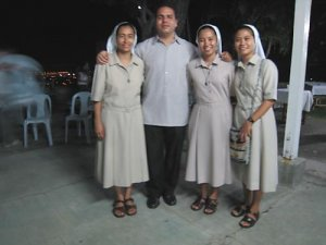 Mis primeras amigas religiosas, la de mi derecha es panameña... lo monjero no se me quita, jejejeje