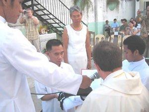 Recibiendo el Hábito de manos del Padre Provincial
