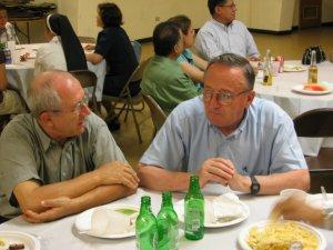 Padre Antonio Tapparello, y Padre Livio Stella charlan en la recepción que se ofreció en honor a Leandro.