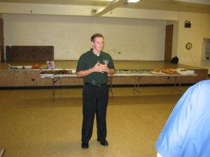 Leandro agradeció a los presentes antes de compartir los alimentos.