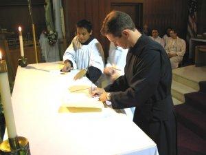 Una vez hecha la Profesión de los Votos, Leandro firma la hoja de la Profesión.