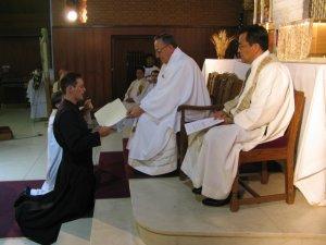 En manos del Superior Provincial, Padre Antonio Tapparello y en presencia de los hermanos Scalabrinianos, Leandro profesa Pobreza, Castidad y Obediencia para siempre.