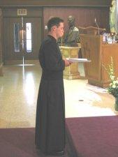 Leandro es interrogado para manifestar su libre voluntad de Profesar los Votos y de cumplir con su compromiso frente a Dios.