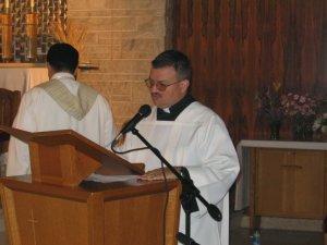Francesco, uno de los seminaristas, explicaba los pasos de la ceremonia.
