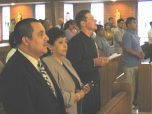Leandro con sus padrinos para la ceremonia.