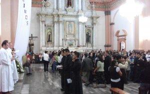 Los neoprofesos son revestidos con el hábito sacalabriniano por la iglesia, símbolo de entrega total a Dios,