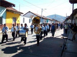 Recorriendo las calles de Purépero, rumbo al Noviciado Scalabrini.