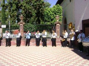 Un Grupo de Banda de Ichán, Mich.después de la Celebración Eucarística,  amenizó el ambiente afuera del Templo Parroquial.
