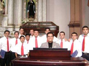 Bajo la dirección del Maestro Aurelio, los Seminaristas del Seminario San Carlos de Guadalajara, Jal., de una manera excelente, acompañaron con sus cantos la Celebración Litúrgica.