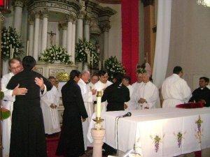 Los Misioneros de San Carlos dan el abrazo de paz a los Neo-Profesos en señal de bienvenida a la nueva Familia Religiosa.