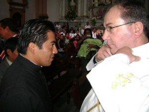 Los Neo-Profesos son rivestidos con el hábito propio de los Misioneros de San Carlos.