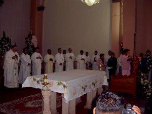 Los Padres Misioneros Concelebrantes.