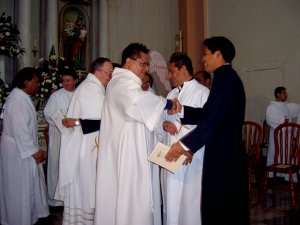 Los Padres dan a los Neoprofesos el abrazo de acogida a la Familia Religiosa Scalabriniana.
