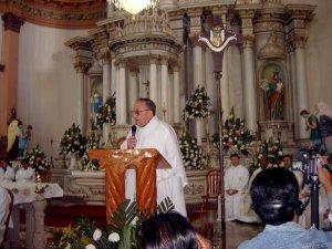 El Padre Antonio da la homilía, exortando a los que se van a consagrar, a entregarse totalmente al servicio de Cristo Misionero y Migrante.