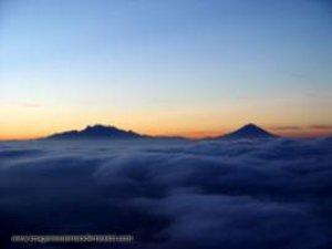 Se asoman los Volcanes al Amanecer