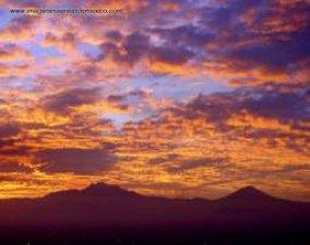 Los volcanes al amancer. Popocatepetl: Elevacion 17,883 pies SNMM