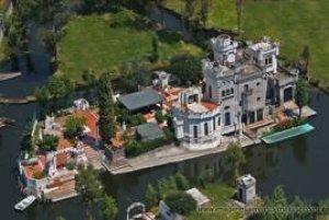 Alguien sabe la historia de este castillo en Xochimilco ?