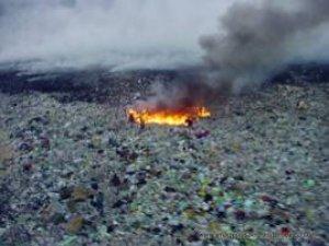 Se quema la fuente de trabajo (pepenadores apagando un incendio de basura)
