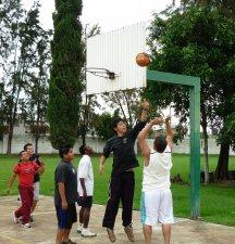 Jugando un poco de basquet boll