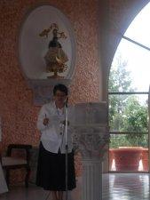 La misa estuvo tambien preparada por las hermanas scalabrinianas, aquí la Hna. Antonia en pleno servicio