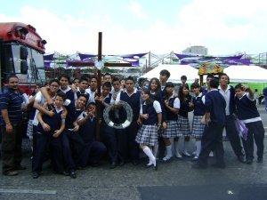 Regresando a nuestras casas... (En la Foto: Alumnos y alumnas del Colegio Santa María)