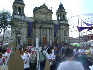 Muchos hombres y mujeres participaron con de y conmoción al evento.