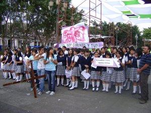 V ESTACION - Simón  Cirineo ayuda a Jesús a llevar la Cruz - Colegio Santa María.