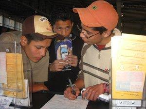 """Los chavos interesados en la Revista de """"Jóvenes Sin Fronteras"""" nos dejaron sus direcciones."""